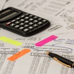 Suspension de certaines saisies en cours dans le cas d'un dossier de surendettement